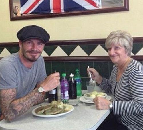 Becks và mẹ, bà Sandra, trong một lần đi ăn cùng nhau.