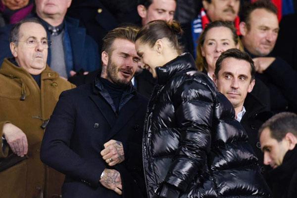 Một ngày trước đó, Becks và bạn thân kiêm đồng đội cũ Gary Neville tới Paris xem trận lượt về vòng 16 đội giữa hai CLB cũ là Real và PSG. Trên khán đài sân Công viên các hoàng tử, danh thủ một thời gặp gỡ người mẫu nổi tiếng của Mỹ,Bella Hadid.