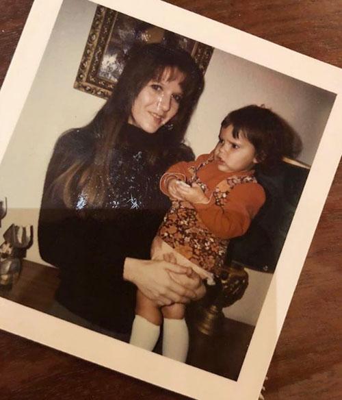 Trong khi đó, Vic chia sẻ ảnh ngày nhỏ cùng mẹ và viết: Con đã học được những điều tốt đẹp nhất, yêu mẹ.
