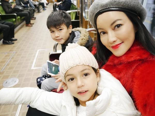 Báo chí Thái Lan cho hay, tại đất nước này, chịSalinrat Wong nổi tiếng không kém con gái. Bà mẹ xinh đẹp được biết đến là người giỏi truyền thông, thành công trong việc quản lýhình ảnh của hai ngôi sao nhí.