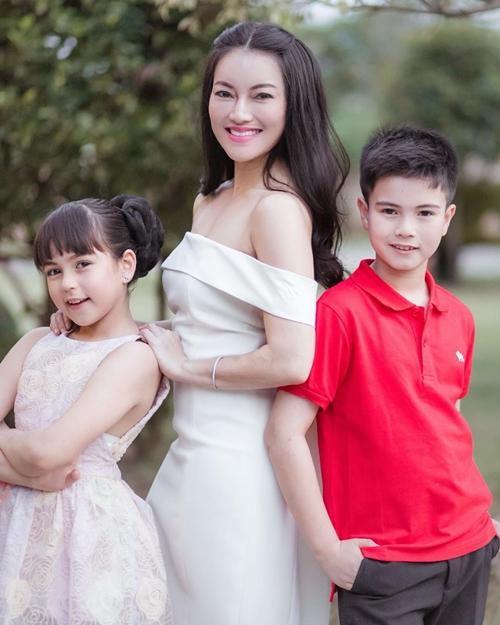 Jenna Jirada Moran và Justin Jakkarin Moran là cặp anh em mang hai dòng máu Mỹ và Thái Lan. Tài khoản Instagram mang Jenna&Justin có khoảng 153.000 người theo dõi, trên trang Facebook là 43.000 người.