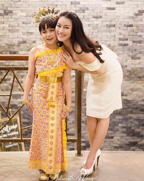 Mẹ của Jena, chịSalinrat Wong, là một phụ nữ xinh đẹp người người Thái Lan. Chị là nhiếp ảnh riêng kiêm quản lý của cô con gái nổi tiếng. Bố Jenna là người Mỹ.