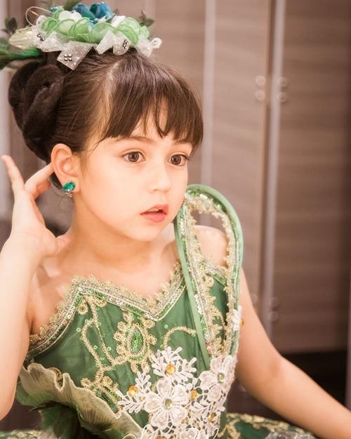 Cô bé lai từng được ca ngợi có gương mặt hoàn hảo nhất Thái Lan. Jenna sở hữu vẻ đẹp trong sáng, phong cách chụp ảnh chuyên nghiệp.