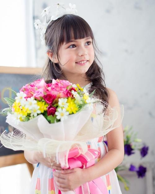Ngay từ nhỏ, Thiên thần Thái Lan đã được giới truyền thông săn đón, trở thành gương mặt đại diệnnhiều nhãn hàng. Năm 2003, khi cái tênJenna Jirada Moran bắt đầu gây sốt, gia đình cô bé thu về vô số hợp đồng khủng.