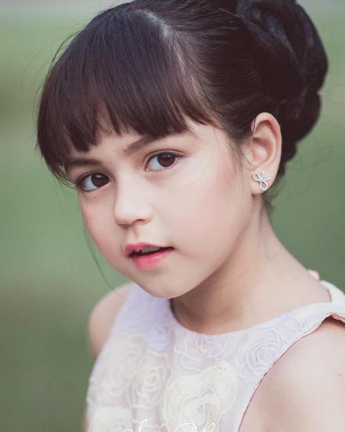 Ở tuổi lên 9, gương mặt Jenna không khác nhiều so với cách đây 5, khi những bức ảnh của cô bé ngập tràn mạng xã hội.