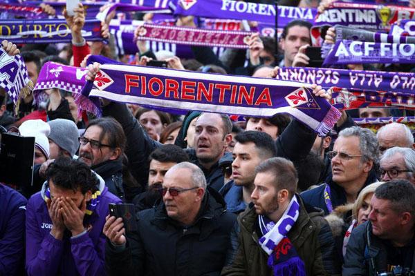 CĐV Fiorentina giơ khăn cùng biểu ngữ mãi mãi là đội trưởng của chúng tôi khi quan tài của Astori được đưa ra khỏi nhà thờ.