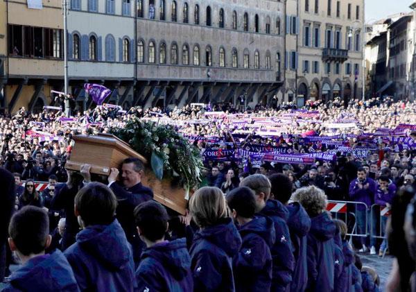 CĐV mặc quần áo, cầm theo khăn tím, màu truyền thống của Fiorentina để nói lời vĩnh biệt tới trung vệ đoản mệnh.