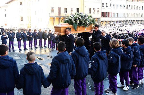 Đông đảo fan Fiorentina đứng chật quảng trường bên ngoài nhà thờ tiễn đưa đội trưởng đoản mệnh về nơi an nghỉ cuối cùng. Hai hàng cầu thủ nhí và các bé nhặt bóng nắm tay nhau đứng dọc sảnh nhà thờBasilica di Santa Croce trong tang lễ Davide Astori.
