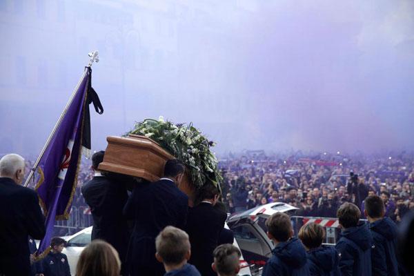 Không khí trầm lặng, trang nghiêm khi quan tài của cố đội trưởng được đưa ra khỏi nhà thờ sau buổi lễ tưởng niệm.