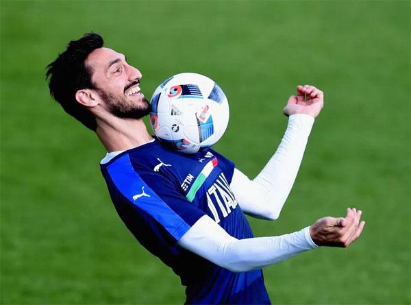 Hôm 4/3, làng bóng đá Italy và thế giới bàng hoàng khi biết tin Davide Astori bị đột quỵ, qua đời trong giấc ngủ tại khách sạn ở Udine khi cùng đồng đội chuẩn bị cho trận đấu với Udinese tại vòng 27 Serie A. Không hề có dấu hiệu cảnh báo về sức khỏe trước đó,trung vệ người Italy ra đi mãi mãi ở tuổi 31