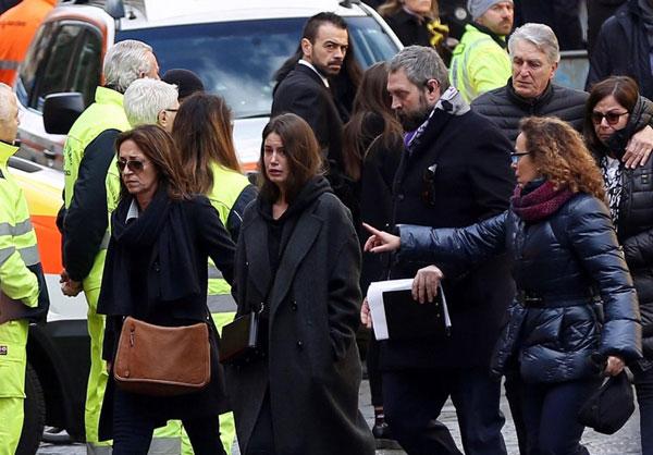Bạn gái Astori, Francesca Fioretti (giữa) đau buồn di cùng những người họ hàng tới tang lễ của anh. Hai người bên nhau 5 năm và có một cô con gái mới hai tuổi.