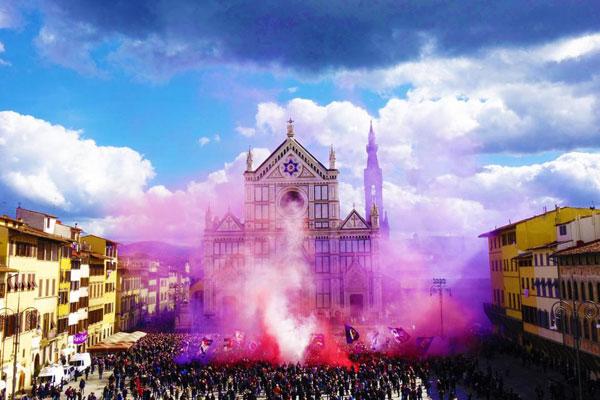 Quảng trường bên ngoài nhà thờ được bao phủ bởi một màu tím trong giây phút đưa tiễn linh cữu Astori.