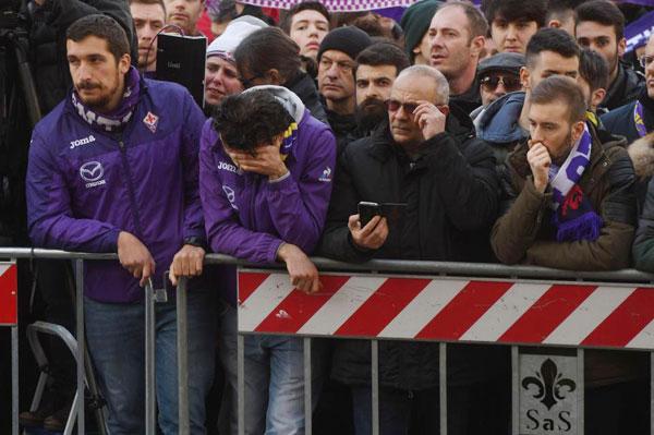 Nhiều fan Fiorentina bật khóc bên ngoài quảng trường.
