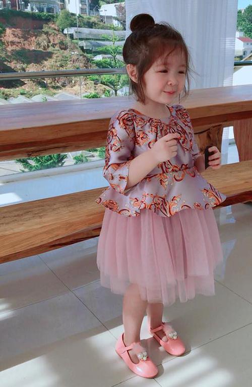 Cadie nhà Elly Trần càng lớn càng xinh xắn và điệu đà giống mẹ.
