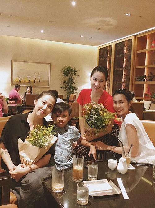 Hội bạn thân Tăng Thanh Hà - Thân Thuý Hà và Thuỳ Trang - bà xã Phạm Anh Khoa hẹn hò ăn uống nhân ngày 8/3.
