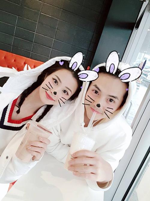Đông Nhi và Ông Cao Thắng nhí nhảnh với ứng dụng chụp ảnh gắn tai thỏ.