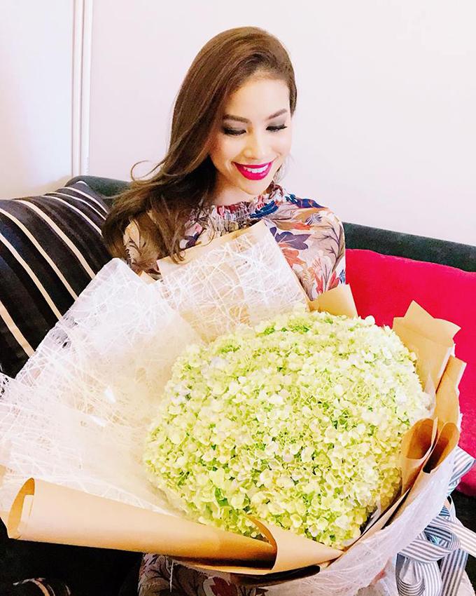 Phạm Hương cươi rạng rỡ với bó hoa khổng lồ được tặng ngày Quốc tế phụ nữ.