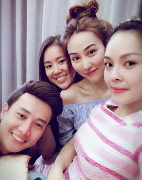 Ngân Khánh cùng hội bạn thân gồm Dương Cẩm Lynh, Lê Phương tụ tập nấu ăn tại nhà.