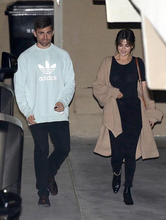 Selena Gomez xuất hiện sau đó cùng một người bạn, tâm trạng khá vui vẻ.