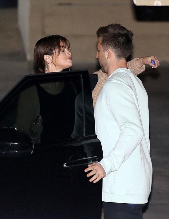 Cô ôm tạm biệt cậu bạn và lên xe ra về một mình. Trong khi đó, Justin đi xe riêng của anh.