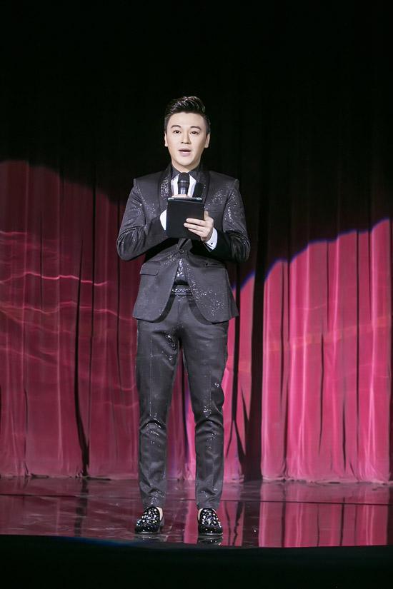 Ca sĩ Phan Anh đảm nhận vai trò MC trong đêm nhạc tối qua.