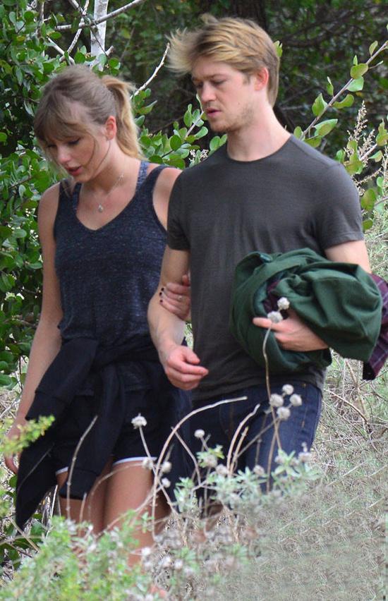 Taylor và bạn trai tay trong tay đi bộ ngắm cảnh.