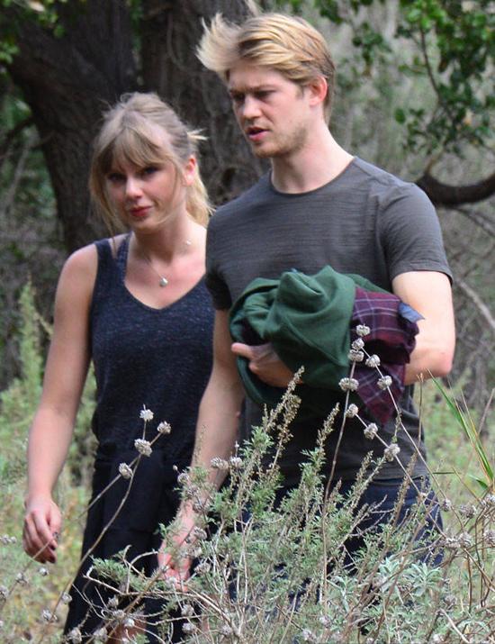 Taylor đã thoải mái xuất hiện cùng bạn trai mà không ngại bị chụp hình.
