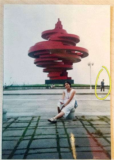 Ye tạo dáng để chụp ảnh phía sau Xue - người sẽ làm vợ anh sau này.