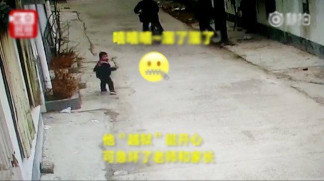 Cậu bé vừa bỏ trốn vừa kiểm tra lại xem có ai đi bắt mình không.