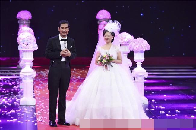 Vợ chồng Phượng Ớt Đặng Tiệp cưới lại trên sân khấu - 1