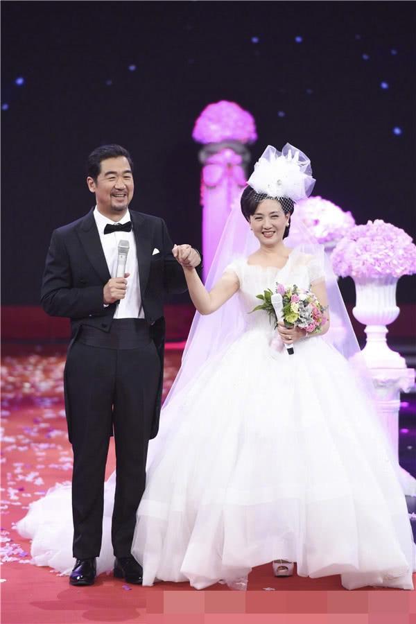 Vợ chồng ngôi sao Trung Quốc hân hoan trong sự chúc tụng của khán giả.