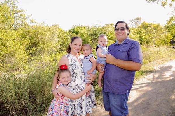 Gia đình hạnh phúc của vợ chồng Teegan. Ảnh:Pastels in Bloom Photography