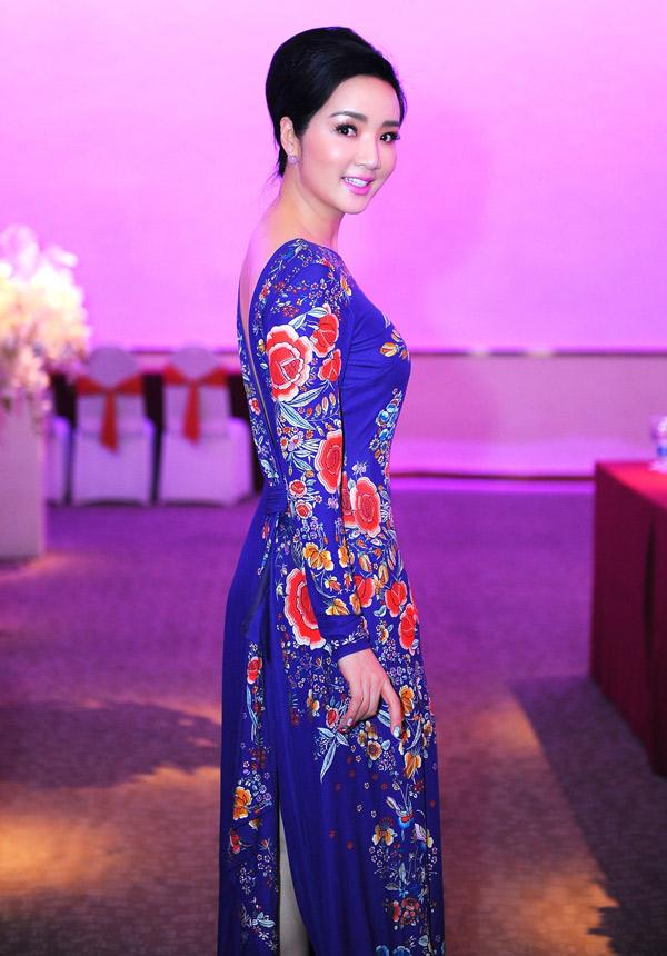 Người đẹp mặc áo dài hoa nền nã, khoe vóc dáng thon thả khi dự họp báo công bố cuộc thi Hoa hậu doanh nhân hoàn vũ 2018 sắp diễn ra tại Nhật Bản. Đây là lần thứ hai Giáng My tham gia cầm cân nảy mực tại sân chơi này.