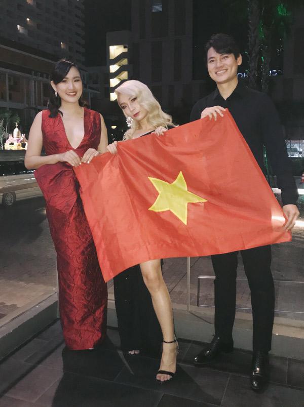Stylist Tường Danh (giữa) cũng là một người chuyển giới. Cô hy vọng một ngày nào đó cũng gặt hái thành công ở đấu trường nhan sắc như Hương Giang Idol.