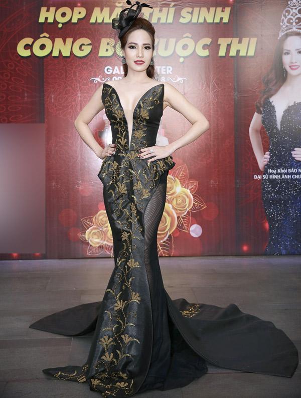 Hoa khôi Duyên dáng doanh nhân 2017 Bảo Ngọc mặc sexy đi sự kiện. Cô cũng là thành viên ban giám khảo.