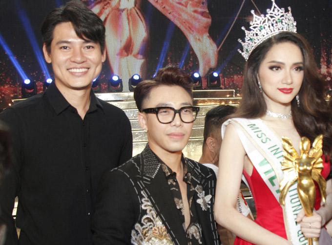 Khôi Nguyên và stylist Hoàng Ky lên sân khấu chúc mừng và chụp ảnh kỷ niệm với Tân Hoa hậu chuyển giới quốc tế 2018.