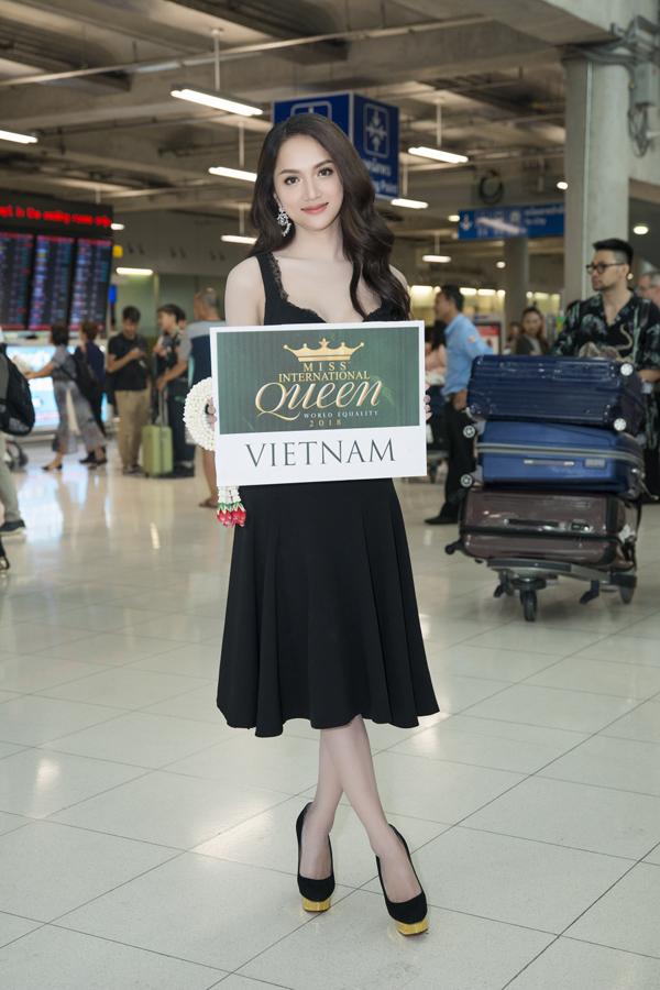 Sang đến đất nước chùa vàng, Hương Giang được ban tổ chức đón tiếp nồng nhiệt từ sân bay.