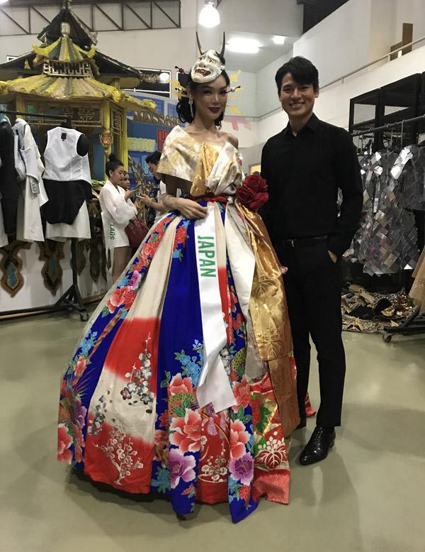 Trước khi chương trình bắt đầu, Khôi Nguyên có dịp trò chuyện với thí sinh các nước khác trong hậu trường. Người đẹp Nhật Bản chuẩn bị bộ cánh đầy màu sắc cho phần thi trang phục dạ hội.