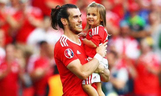 Tiền vệ Real và con gái lớn Alba Violet tại Euro 2016.
