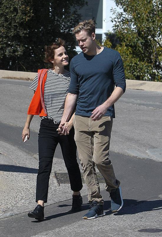 Emma Watson rạng rỡ bên bạn trai mới trong ngày nắng đẹp ở Los Angeles. Anh này chàng không phải gương mặt xa lạ mà là Chord Overstreet - ngôi sao của bộ phim truyền hình Glee.