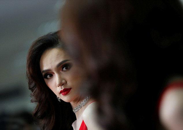 Phóng viên chia sẻ rằng, Nguyễn Hương Giang của Việt Nam đã khá run trong khi trò chuyện với các thí sinh khác và chờ đợi đến đêm thi.