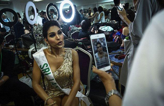 Cũng như Hương Giang, các thí sinh rất hồi hộp trước đêm chung kết cuộc thi hoa hậu chuyển giới lớn nhất hành tinh. Noel Tokuhisa của Sri Lanka tranh thủ trò chuyện với các fan qua mạng xã hội.