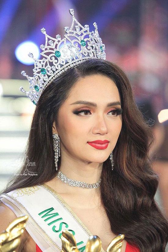 Hương Giang đã xuất sắc vượt qua 27 thí sinh khác để giành vương miện Hoa hậu chuyển giới quốc tế 2018 (Miss International Queen) diễn ra tại Thái Lan tối 9/3. Khoảnh khắc đăng quang, người đẹp Việt Nam lộng lẫy như một nữ hoàng.