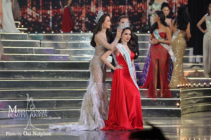 Hương Giang luôn nổi bật trong suốt hành trình tham gia cuộc thi, đặc biệt là tỏa sáng trong đêm chung kết giữa rất nhiều đối thủ sáng giá. Vẻ đẹp của tân hoa hậu được nhiều tờ báo nước ngoài khen ngợi.