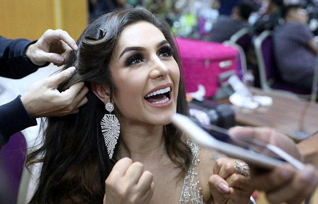 Người đẹp Brazil rạng rỡ trò chuyện trong khi trang điểm. Với nhan sắc và đường cong quyến rũ, cô từng được coi là ứng viên sáng giá nhất cho ngôi vị hoa hậu. Tuy nhiên trong đêm thi, phần trả lời ứng xử lúng túng đã khiến Izabele Coimbra phải dừng lại ở Top 6.