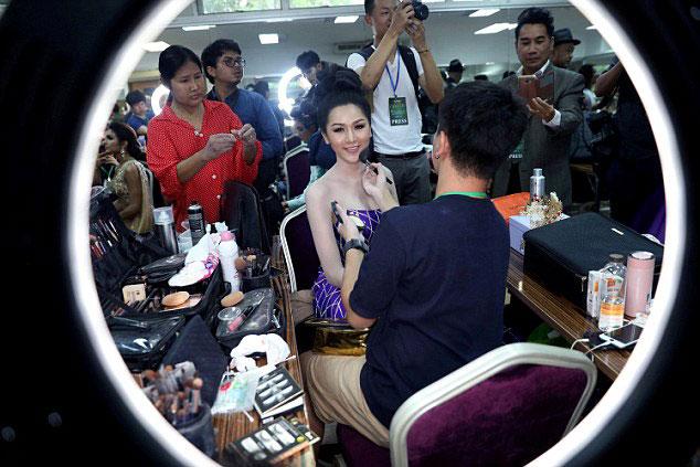 Người đẹp Lào được cả ê-kip chuẩn bị.