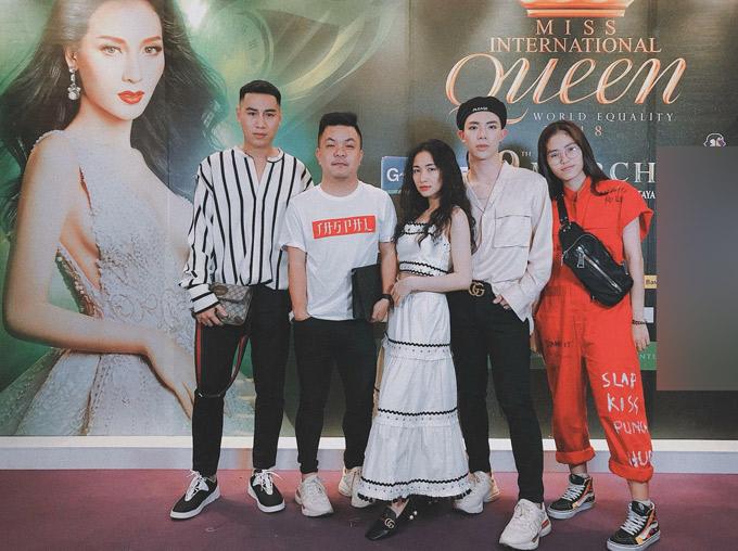 Ca sĩ Hòa Minzy, Eric cùng một số bạn bè thân thiết sang xứ chùa vàng cổ vũ cho Hương Giang Idol.
