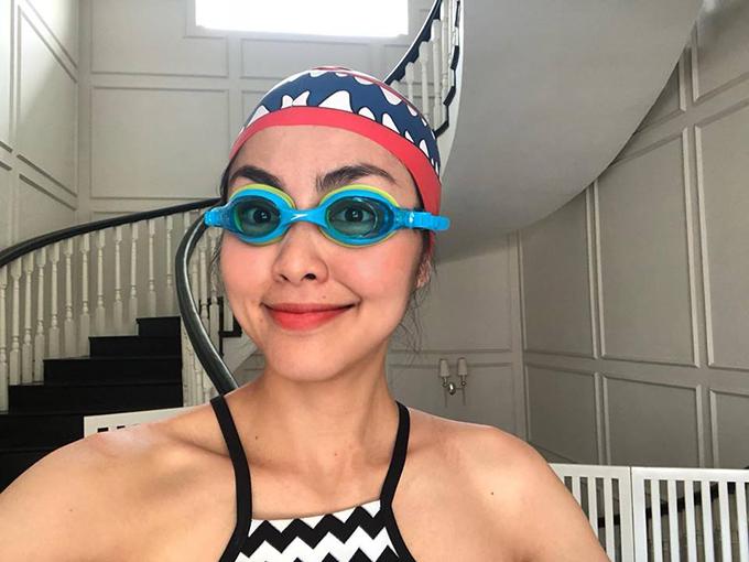 Tăng Thanh Hà đeo kính và đội mũ bơi ngộ nghĩnh khi đi bơi với các con.