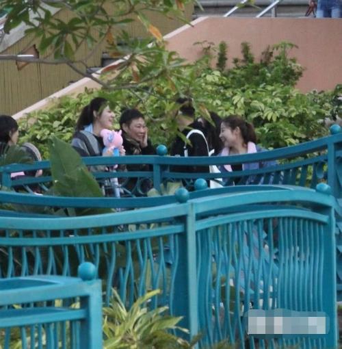 Đi cùng Lâm Phong là bố mẹ anh, hai phụ nữ trung niên và hai cô gái trẻ.
