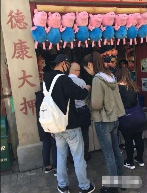 Lâm Phong có cử chỉđặc biệt thân thiết với một cô gái trẻ, cao ráo, trắng trẻo, anh còn mua đồ ăn cho cô. Một nguồn tin cho hay cô gái và Lâm Phong quen biết nhau qua mối lái.Đây là lầnđầu tiên cô gáiđi chơi với giađình của anh, tuy nhiên mọi người nhanh chóng thân thiết và trò chuyện vui vẻ.